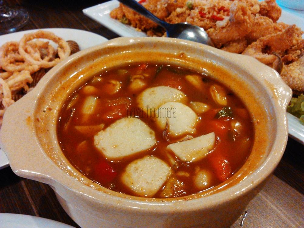 tomyam (enak banget kuahnya, tapi seafoodnya kecilkecil hihi)
